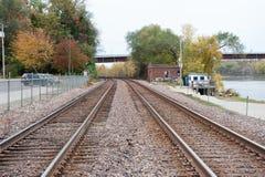 Vías del tren en pequeña ciudad rural Fotografía de archivo