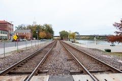 Vías del tren en pequeña ciudad rural Imágenes de archivo libres de regalías