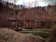 Vías del tren sobre el río Fotografía de archivo