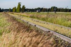 Vías del tren a través de la pradera canadiense foto de archivo