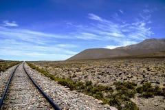 Vías del tren a través de las montañas peruanas imagen de archivo