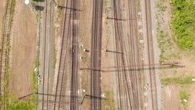 Vías ferroviarias con la opinión superior de los trenes de carga Encuesta a?rea almacen de metraje de vídeo