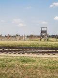 Vías y atalaya del tren en Auschwitz Fotografía de archivo