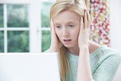 Víctima adolescente en línea de tiranizar con el ordenador portátil Fotografía de archivo