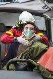 Víctima de ayuda del bombero Imagen de archivo libre de regalías