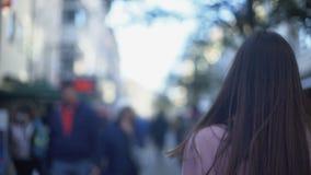 Víctima de la violencia doméstica que corre ataque de ansiedad de fuera, sufridor almacen de metraje de vídeo