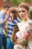 Víctima del adolescente de tiranizar por los textos en el teléfono móvil Imagen de archivo