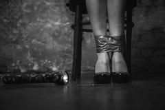 Víctima del secuestro que se sienta con sus piernas atadas Fotos de archivo libres de regalías