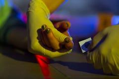 Víctima que toma la huella dactilar imagen de archivo libre de regalías