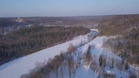 Vídeo aéreo congelado gelo da opinião superior 4K UHD do zangão de Gauja Letónia do rio de Sigulda do inverno filme