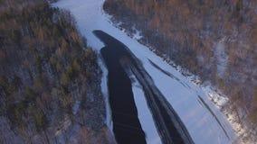 Vídeo aéreo congelado gelo da opinião superior 4K UHD do zangão de Gauja Letónia do rio de Sigulda do inverno video estoque