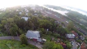 Vídeo aéreo da cidade, da estação de trem e do rio video estoque