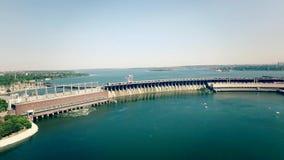 Vídeo aéreo da descarga da água do reservatório da represa das energias hidráulicas video estoque