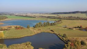 Vídeo aéreo da lagoa de produção europeia típica País bonito com campos, florestas e lagoas vídeos de arquivo