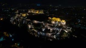 Vídeo aéreo da noite do monte antigo icônico da acrópole e o Partenon na noite, centro histórico de Atenas Fotografia de Stock Royalty Free