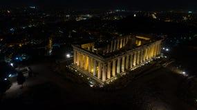 Vídeo aéreo da noite do monte antigo icônico da acrópole e o Partenon na noite, centro histórico de Atenas Fotografia de Stock