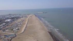 Vídeo aéreo da opinião superior 4K UHD do zangão de Itália da praia da costa de mar de Rimini vídeos de arquivo