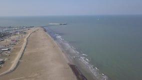 Vídeo aéreo da opinião superior 4K UHD do zangão de Itália da praia da costa de mar de Rimini filme