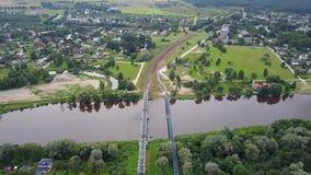 Vídeo aéreo da opinião superior 4K UHD do zangão de Letónia da ponte da estrada de ferro do rio de Gauja vídeos de arquivo