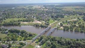 Vídeo aéreo da opinião superior 4K UHD do zangão de Letónia da ponte da estrada de ferro do rio de Gauja video estoque