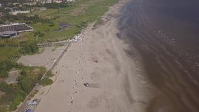 Vídeo aéreo da opinião superior 4K UHD do zangão de Parnu Estônia da praia da costa de mar Báltico filme