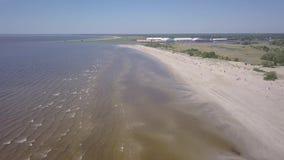 Vídeo aéreo da opinião superior 4K UHD do zangão de Parnu Estônia da praia da costa de mar Báltico vídeos de arquivo