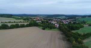 Vídeo aéreo da paisagem e da vila em Boêmia ocidental filme