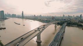Vídeo aéreo da ponte de Krung Thep no por do sol filme