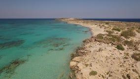 Vídeo aéreo da praia de Elafonisi, Creta, Grécia video estoque