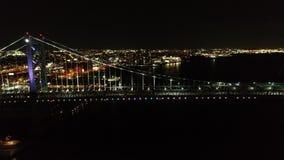 Vídeo aéreo de Ben Franklin Bridge Philadelphia en la noche almacen de metraje de vídeo