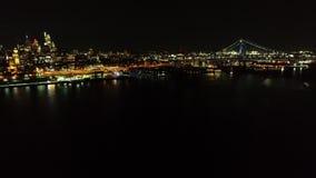 Vídeo aéreo de Ben Franklin Bridge Philadelphia en la noche almacen de video