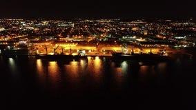 Vídeo aéreo de Camden New Jersey Waterfront en la noche almacen de video