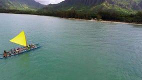Vídeo aéreo de cavaleiros do catamarã fora da ilha tropical vídeos de arquivo