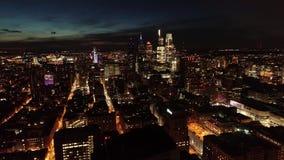 Vídeo aéreo de la ciudad de centro Philadelphia en la noche almacen de metraje de vídeo