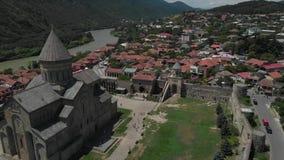 Vídeo aéreo de la iglesia antigua Sveti Tskhoveli Georgia, Mtskheta Vuelo ascendente cercano al monasterio metrajes
