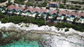 Vídeo aéreo de la opinión superior 4K UHD del abejón del mar del Caribe de la isla de Bonaire de la costa de la playa del chalet