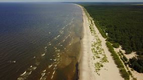 Vídeo aéreo de la opinión superior 4K UHD del abejón de la playa del mar Báltico de Vecaki Letonia metrajes
