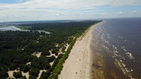 Vídeo aéreo de la opinión superior 4K UHD del abejón de la playa del mar Báltico de Vecaki Letonia almacen de metraje de vídeo