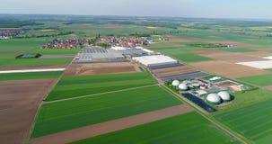Vídeo aéreo de la planta del biogás El complejo agrícola y del invernadero se equipa de su propio biogás para la producción almacen de metraje de vídeo