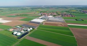 Vídeo aéreo de la planta del biogás El complejo agrícola y del invernadero se equipa de su propio biogás para la producción metrajes