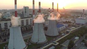Vídeo aéreo de la puesta del sol de la estación del electropower del calor de Moscú metrajes