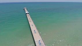 Vídeo aéreo de Lauderdale por el embarcadero de la pesca en mar almacen de metraje de vídeo