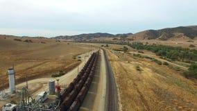 Vídeo aéreo de los enchufes y de los trenes del aceite almacen de metraje de vídeo