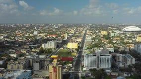 Vídeo aéreo de Miami a 8a rua que dirige para o oeste para espadim estaciona video estoque