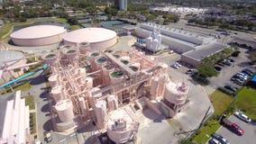 Vídeo aéreo de um acercamento da planta de tratamento da água video estoque