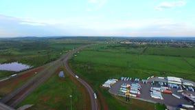 Vídeo aéreo de um truckstop video estoque