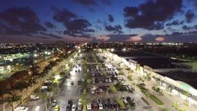 Vídeo aéreo de un centro comercial con un cielo hermoso de la oscuridad almacen de video