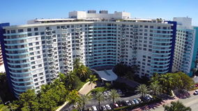 Vídeo aéreo de un edificio de la costa en Miami metrajes