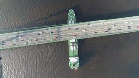 Vídeo aéreo del abejón del buque de carga que pasa debajo de puente colgante almacen de video