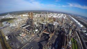 Vídeo aéreo del abejón de la refinería de petróleo metrajes
